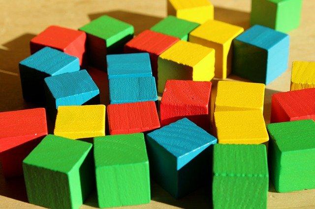 kolorowe klocki z drewna do zabawy